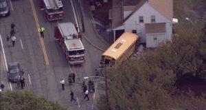 В Массачусетсе школьный автобус врезался в дом