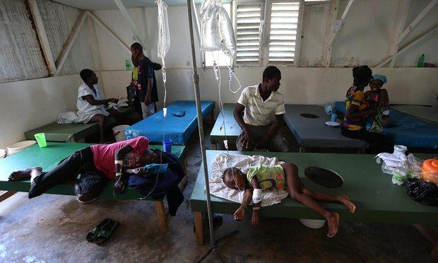 Люди с симптомами холеры получают медицинскую помощь в больнице Сент-Антуан в Жереми.