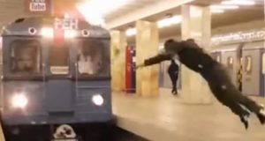 Идиот сделал сальто перед поездом метро