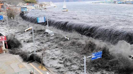 Волны цунами достигли берегов Японии