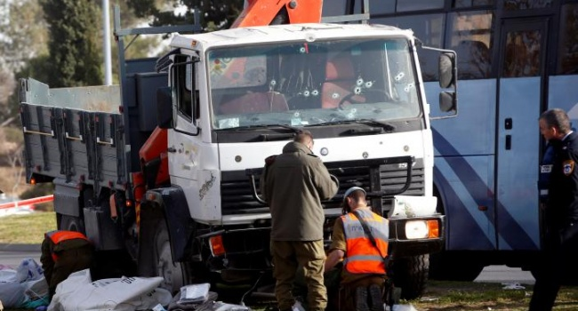 видео наезда грузовика на людей в Иерусалиме
