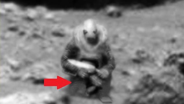Фигура пришельца на Марсе