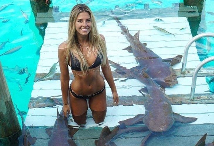 Девушка в бикини дразнит акул