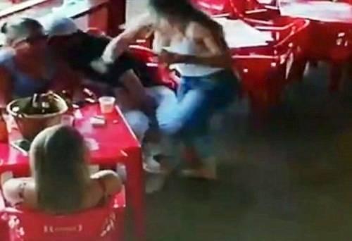Ревнивая супруга избила соперницу и мужа в кафе