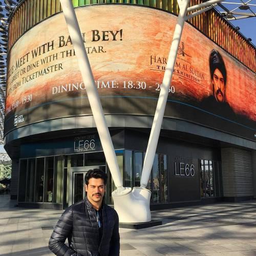 Однако визит турецкой звезды сериалов в Дубай не прошел без конфуза