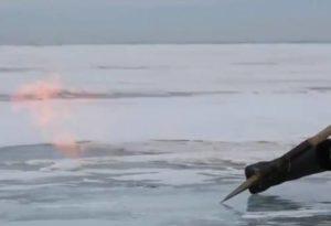 Огонь пробивается сквозь толщу льда на озере Байкал