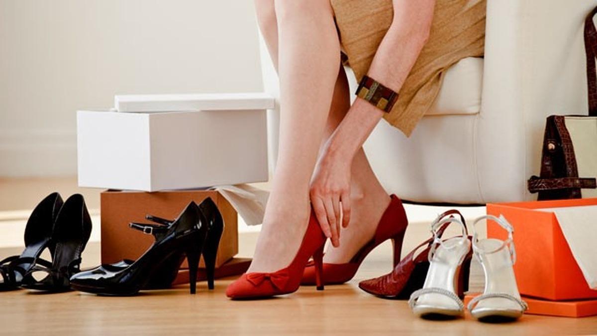 Остерегайтесь, если вам приснилась старая и рваная обувка — это говорит о неприятностях, проблемах с деньгами, серьезных тратах, иногда даже о смерти близкого человека.