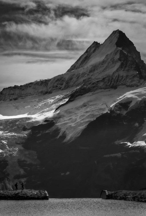 Черно-белый снимок показывает эффектность Швейцарских Альп